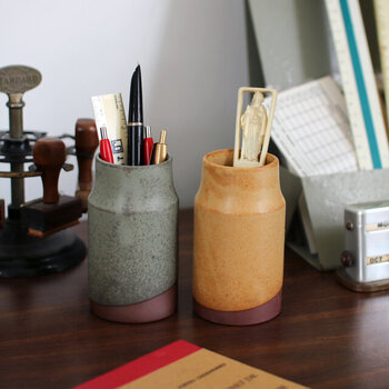 ペン立てとしても、花瓶やカトラリースタンドとしても使える陶器のスタンド。1点ずつ手作りされているので、釉薬のかかり方に違いがあったり、口もまっすぐになっていなかったりして味があります。グリーン、イエローの他、ネイビーもありますよ。