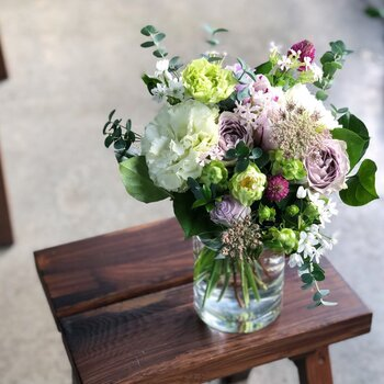 気心知れた行きつけの大好きなお花屋さんや、雑誌やテレビで目にして以来憧れを募らせている特別なお花屋さんがあるなら。ぜひ、「誕生日」を口実に足を運んで、あなたをイメージした花束(ブーケ)を作ってもらいましょう!  せっかくの機会、予算はいつもよりちょっと多めに奮発して。「私の誕生日に、憧れのお花屋さんに特別なブーケを作ってほしくて・・・」とお伝えすれば、きっとフローリストも張り切って一本一本とっておきの一輪を束ねてくれるはず。