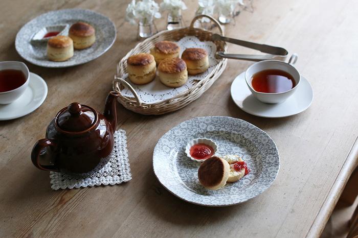 160年以上に渡り高品質な陶器を造り続けるBurleigh(バーレイ)は、英国を代表する老舗陶器メーカーの1つ。19世紀のインディゴ生地から着想を得たというCalico(キャリコ)シリーズは特に人気で、イギリスのカフェや一般のお宅で使用されているのをよく見かけます。何色かありますが、こちらのグレーは落ち着いた雰囲気なので、シンプルなインテリアを好む方におすすめです。キッチンの食器棚に飾れば、典型的な英国カントリーの魅力をもたらしてくれることでしょう。
