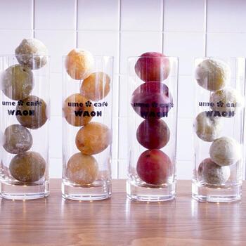 選べる梅は4種類。  茨城県初の梅ブランドでクセのない「常陸乃梅青梅」。  無農薬にこだわり、見た目よりも安心に重点を置いた「八代目梅林無農薬青梅」は限定品!  「常陸乃梅完熟梅(加賀地蔵)」は黄色い見た目と、香りや果物のような味わいが特徴。  すももとの掛け合わせで生まれた真っ赤な「常陸乃梅露茜」は、シロップも赤く、酸味のある味わいに仕上がります。