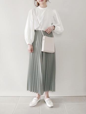 光沢の美しいレザーにエレガントなゴールドビットが特徴のローファー。足元が華やかだとコーデ全体がブラッシュアップされます。プリーツスカート以外を白でまとめた上品なクラシカルファッション。
