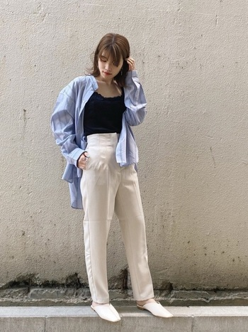 メンズシャツを襟抜きした着こなしにはミュールを合わせて軽快に。オーバーサイズのシャツなどメンズライクなアイテムを取り入れながら、キャミやミュールで女性らしさも取り入れているのが素敵です。