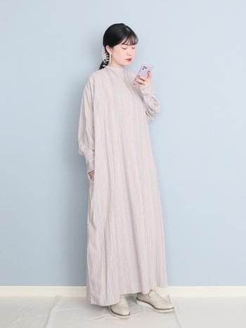 ロング丈の主役級のワンピには、存在感のあるローファーを合わせてみて。ワンピの持つフェミニンさを、テイストの違うローファーでハズすとコーデがセンスUPします!これぞ大人の着こなし。