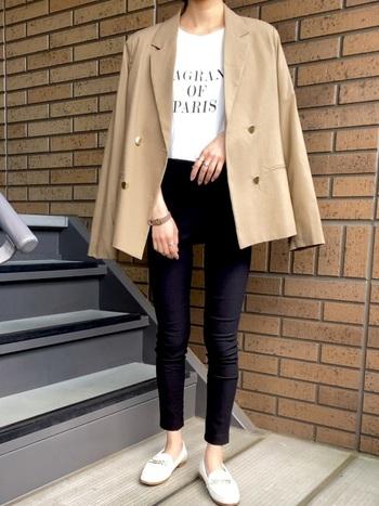 Tシャツ×デニムの王道スタイルには、ジャケットとローファーをプラスしてマニッシュに。大人の色香を漂わせるビッドローファーは、視線を集めコーデを格上げしてくれます!