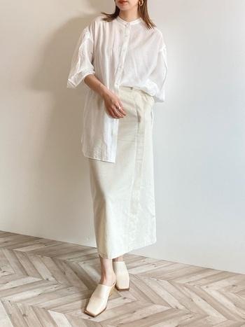 オールホワイトの印象をぼやけさせないスクエアトゥのミュール。Iラインのシルエットを意識すると、エレガント&スタイルアップが叶います。シャツを無造作にタックインした大人女子の風格♪