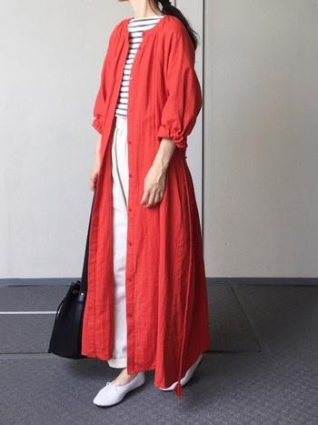 ボーダーとチノパンの定番スタイルに女性らしさを添えてくれる白シューズ。ギャザーがたっぷり入った赤いロングワンピも絶妙な可憐さで後押ししてくれます。夏の冷蔵対策にも羽織りものをマスターしたいところ♪