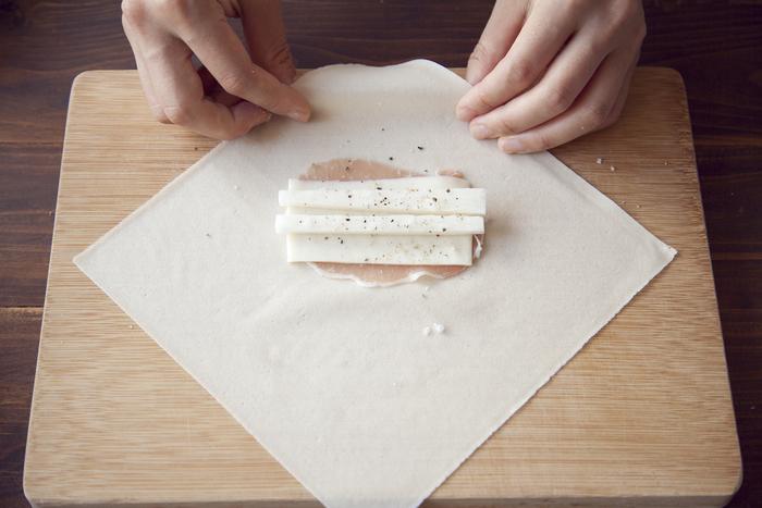 春巻きの皮は、使用する前にあらかじめ冷蔵庫から出し、常温に戻しておきます。柔らかになってから、3~4枚ずつはがし、その後順にはがしていくと、きれいにはがれます。