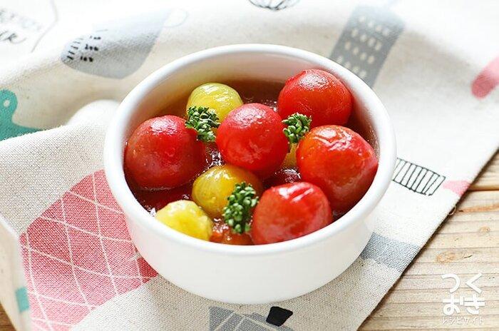 小ぶりで可愛いミニトマトのマリネはいかが。ミニトマトはそのままでも美味しいですが、マリネ液に漬け込むと、さっぱりとした甘酸っぱい味わいが楽しめます。丁寧に湯むきをすれば味を染み込んで食べやすく。ひと晩以上、漬け込んだら食べごろです◎