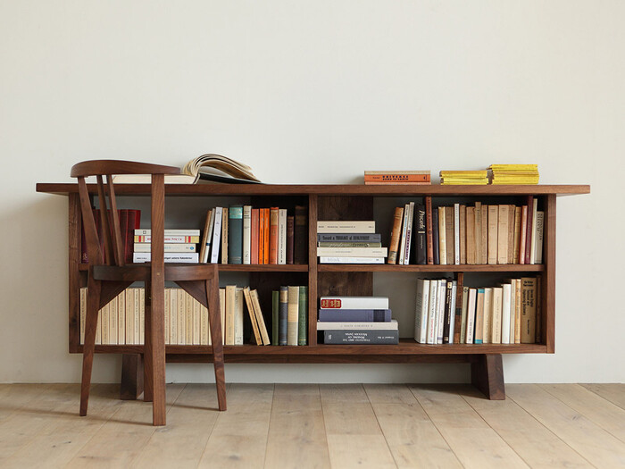 天板が広いタイプのシェルフは、あえてオブジェなどを飾らずに、最上段をデスクとしても使うこともできます。  普段読んでいる本や雑誌も、オブジェとして使える優秀なアイテム。縦置き・横置きをランダムに組み合わせるようにするのがおすすめ。きっちり並べるだけなく、数冊だけ重ねる、斜めに立てかけるなど、あえて空間をもたせるようにしてみてください。視覚的な変化をもたせるようにすると全体の見栄えが断然よくなります。
