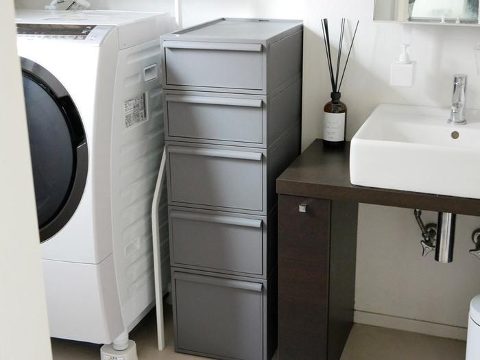 水回りは常に清潔にスッキリさせておきたいところ。お洗濯に必要なものから、パジャマや下着などをまとめて収納できるのは、like-itのクローゼットシステム。高見えするマットな質感の収納ケースは、ホテルライクな洗面所にもぴったり。無駄のないベーシックなデザインで、無印良品やtowerのアイテムとの相性もバッチリです◎