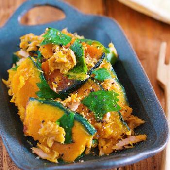 さっぱり美味しい♪かぼちゃとツナのマリネです。フライパンで火を通したかぼちゃにツナを加えて、マリネ液で和えるだけ。粗熱がとれてから、青じそを加えて香りよく仕上げます。おつまみにもおすすめですよ。