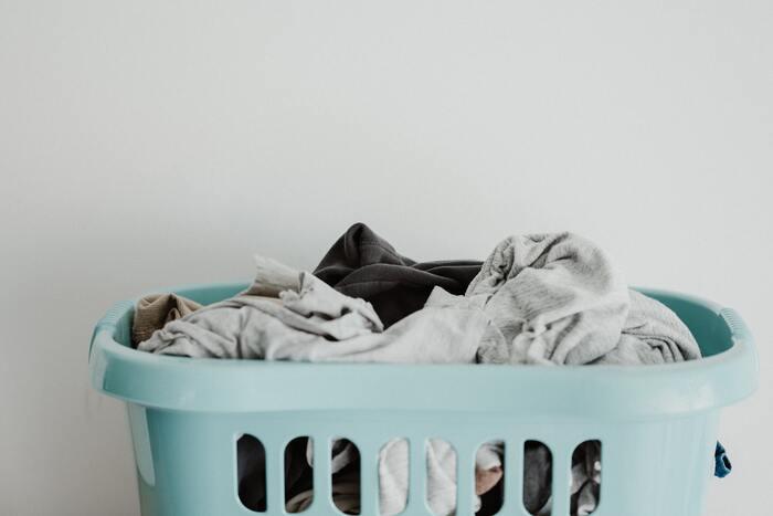 雑菌は水分が多い状態を好み、洗濯物に残った汚れをエサとします。そのため、洗ったあとの濡れた状態が長いほど、どんどん菌が繁殖してしまい、結果として生乾きの臭いになってしまうのです。