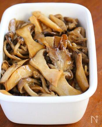 お好みのきのこを数種類を使った和風マリネ。舞茸やエリンギははほぐすだけ、しめじやえのきは石づき部分をキッチンばさみでカットして、調味料とともにさっと炒めます。冷蔵庫で冷やすと味が馴染み、日持ちするのも◎
