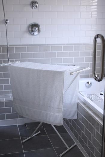 洗濯物から蒸発した湿気がこもると、部屋のカビの原因にもなってしまいます。また、室内の湿度が高くなると乾きが悪くなってしまうので、換気扇のある場所で干すのがおすすめです。浴室はもちろん、リビングで干すならキッチンの換気扇をつけるのも1つの方法。