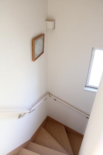 部屋干しをする場所は、窓から窓へ風が抜ける場所や、1階から2階へ空気が流れる階段付近だと乾きやすいです。どの場所に干すが考える時は空気が流れやすいところを選びましょう。