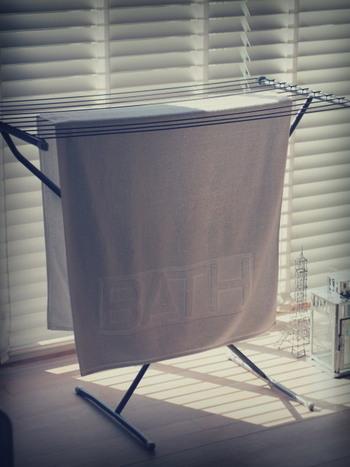 洗濯物が空気に触れる面積を広く取って干す方が早く乾きます。バスタオルなら写真のように広げて干すほか、タオルハンガーに引っかけるなら片方は短く、もう片方は長くなるようにずらして干しましょう。服の場合は、分厚いハンガーを使って空気が通るようにするのもおすすめです。