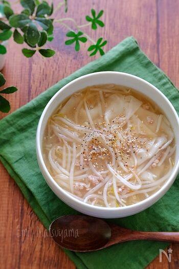カット不要のひき肉ともやしを使ったスープレシピ。ワンタンの皮を加えて食べ応えも◎もやしは最後に加えると、シャキシャキ感を楽しめます。