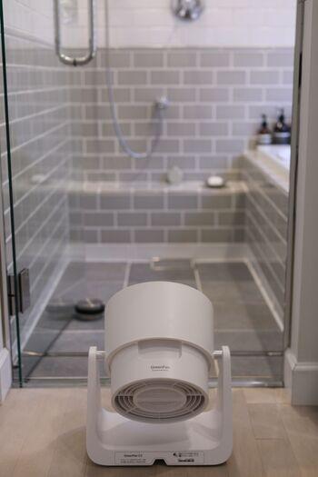 浴室乾燥機を使う場合は、サーキュレーターや扇風機を併用して、空気を循環させる方が早く乾きます。また、ドアにスリットがない場合は空気が循環しにくいので、すこし隙間を開けておく方がいいですよ。