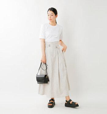 ナチュラルカラーのスカートに黒の小物で合わせた大人っぽいスタイリング。ふわっと広がるスカートは、トップスをタックインするとすっきり着こなせ、洗練さがアップします。