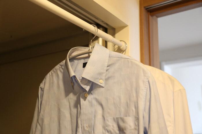 洗濯物同士が触れ合っていると乾きにくくなります。最低でも10~15cm程度は間隔を開けて干すようにすると、間を空気が流れるため早く乾くようになりますよ。