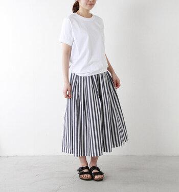 爽やかなホワイト×ブルーのストライプスカートに、サンダルを合わせて。ラフで涼しげな印象の着こなしは、夏のお出かけも楽しくなりそう。