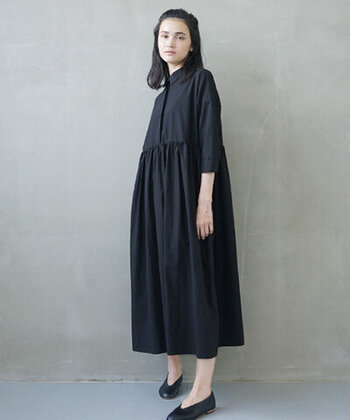 ホテルの格式ある雰囲気に合わせて、ロングドレスを。黒のドレスは大人っぽく、上品に見せてくれます。シンプルなデザインなので小物でアレンジできますよ。