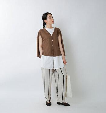 ショートケープはジャケットのように着こなせて、バランスが取りやすいアイテムです。