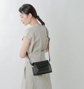 マイクロだけどきちんと鞄なのがマイクロバッグの特徴です。かっちりしたショルダーバッグもマイクロサイズだとなんだか可愛くなりますね。