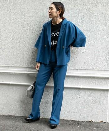 袖にボリュームを持たせたユニークな形のジャケット。男性用スラックスパンツのようなセットアップでスッキリメンズライクに。