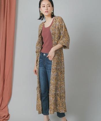 軽い羽織にもなる「前開き&ガウンワンピース」も、幅広いコーディネートに活躍する人気アイテムです。デニムのカジュアルスタイルも、花柄ワンピースを重ねるだけで、一気に女性らしくてエレガントな雰囲気に。