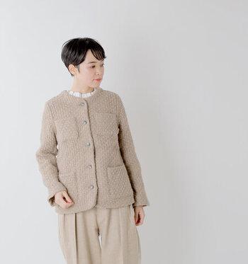 モカのアラン編みのニットは、今季1つは持っていたいアイテムです。濃い色のニットはせっかくのかわいい編地が目立たないけど、薄い色のニットは似合わない…なんていう人にはモカがおすすめです。深めのカラーですが、しっかりとアラン編みがわかります。