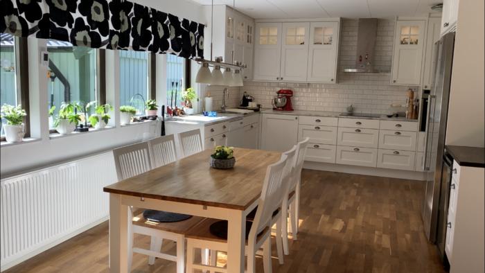 もちろんキッチンも白が基調になっているうちが多くみられます。シンプルでクリーンな空間をつくるだけでなく、日照時間の短い冬、部屋を明るくみせてくれます。