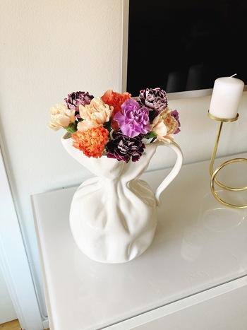 また、フラワーベースはインテリアとしても大活躍。花をみせるだけではなく、フラワーベースも一緒に楽しむのが北欧流。インテリアとして棚やサイドボードに飾っておくだけのこともよくあります。