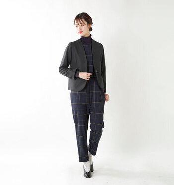 コーデがいまいち決まらないな…というときもジャケットがあると安心!黒かネイビーのジャケットを会社に1着置いておくと何かあったときに役に立ちます。