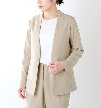 すでに黒やネイビーのジャケットは持っているという人はベージュやグレーのジャケットもおすすめです。明るい印象になります。