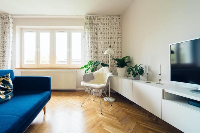 白い部屋に青いソファを置くだけで、きれいなブルーがアクセントカラーになります。家具でなくてもクッションカバーやカーテンなどに、アクセントとなる色使うことで、部屋の空間に遊び心を演出します。