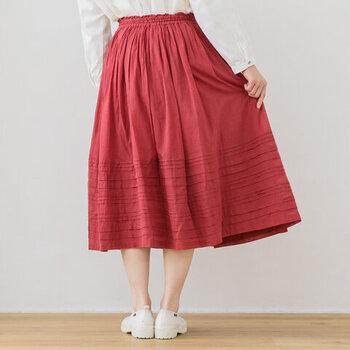 はっきりとした原色のレッドは、スカートで取り入れるとフェミニンさ倍増!1点投入でコーディネートが印象的にもなります。