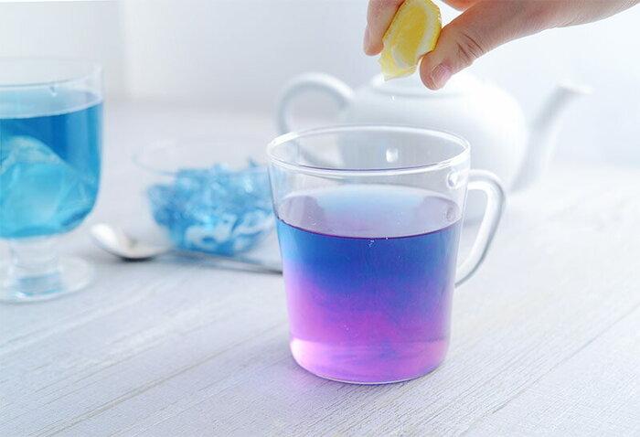 レモン汁を数滴垂らすと、紫色に変わるというのも不思議!思わず写真を撮りたくなる美しいグラデーションにうっとりします♪