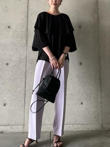 黒のブラウスにタック入りパンツを合わせた大人なスタイリング。甘めなラベンダーをブラックで引き締めることで、メリハリが出ます。足元は華奢なサンダルで女性らしい雰囲気を演出しているところも魅力です。