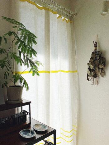 シンプルなデザインのリネンブランケットをカーテン代わりにするアイデア。新しいカーテンを買わなくても、お部屋の印象をチェンジできます。