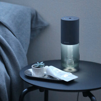五感の一つである「香り」から入眠儀式を行うのも効果的。アロマディフューザーと灯りが一つになったものなら、ベッド横に置いてもコンパクトに収まります。