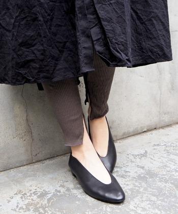 雑誌掲載多数の大人気バブーシュ。深めのV字カットで美しいラインを演出しながら、中の素材は通気性のいい合皮素材を使用。外側は本革を使用しており、デザインにも履きやすさにもこだわった納得の一品です。
