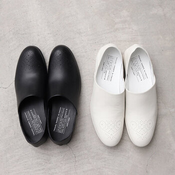 包み込むような柔らかな履き心地のバブーシュ。踵に芯が入っておらず、潰して履くことができるので、脱ぎ履きの多いママさんなどにもオススメです。カラーはベーシックなホワイトとブラックの2色。機能性にこだわりたい方にぜひ試していただきたいシューズです。