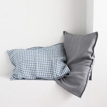 季節に合わせてリビングのクッションカバーを替えるように、寝室の枕も夏仕様にしてみましょう。ギンガム×無地は、永遠に好きでいられそうな組み合わせ。