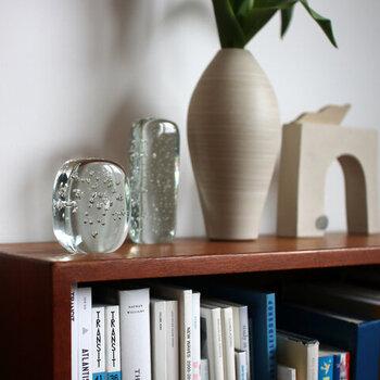 クリアカラーのガラスオブジェは、お部屋のどこに置いても馴染みやすいアイテム。目に入りやすい場所や、窓の近くに置いて楽しみましょう。