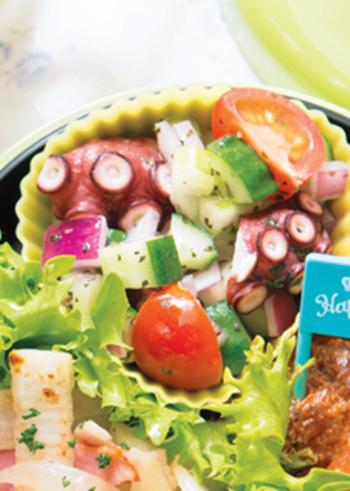 前菜にもピッタリ♪たこと野菜のマリネです。茹でだこは食べやすい大きさに切り、キュウリやトマトなどのフレッシュな野菜とともにマリネ液と混ぜ合わせるだけ。たこは大きめに切ると食べ応えもあり、ごちそう感がアップしますよ!