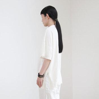大胆な切れ込みの入った、スリット入り白Tシャツ。あるのとないのでは大違いといえるほど、白Tを大人っぽい表情に仕上げ、キリッと顔さんになじみやすくなっています。