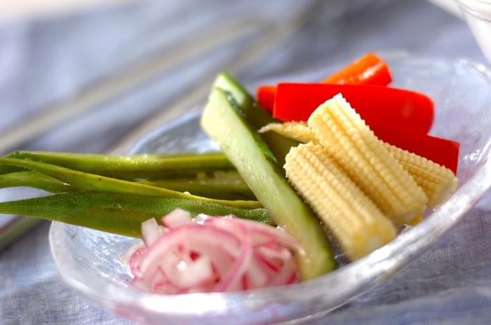前菜としても、少しずつつまんで食べるのにも便利なおつまみ、ピクルス。夏には季節ならではの野菜を使って、彩りにも気を使ってみましょう。きゅうり、ヤングコーン、パプリカ…夏にはピクルスにするのが楽しくなる、鮮やかな野菜がいっぱい♪好みの野菜を選んで漬けるだけ、と簡単なレシピなので、ぜひお気軽に試してみてくださいね。