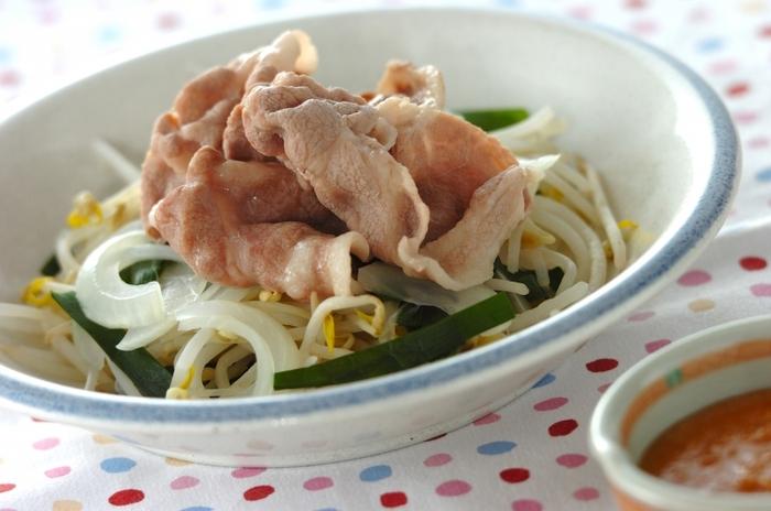夏に食べるおつまみは、スタミナのつくものだと嬉しいですよね。そこで、日本酒の中でも濃厚な味わいのものにペアリングする時は、ゴマみそダレの豚しゃぶしゃぶはいかが?濃厚な手作りのゴマダレが全体をまとめてくれ、濃厚な日本酒にもぴったり。あっさりお肉を食べられるだけでなく、たっぷりの野菜も取れ、明日を頑張る元気を取り戻してくれるかもしれません。