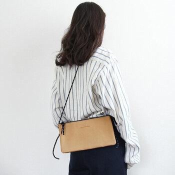 フラットな形とコードのストラップが今っぽいサコッシュです。男女を問わず使えて、長さも調節可能です。色々なコーデに合わせやすいバッグには、マスク時代に便利な機能が付いています。